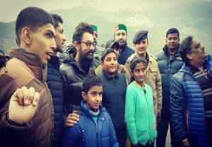 Aamir Khan clicks pictures with fans during shooting of 'Laal Singh Chaddha' in Shimla