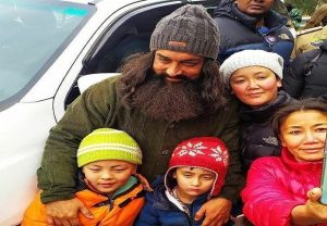 Aamir Khan poses with fans while shooting for Laal Singh Chaddha | See Pics