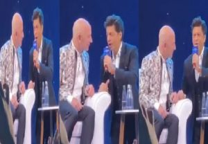 "WATCH: SRK made Amazon CEO Jeff Bezos say ""Don ko pakadna mushkil hi nahi namumkin hai"""
