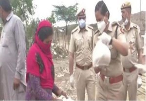 Delhi Police DCP & her team go beyond the call of duty to help Pak refugees, provide food & masks to fight Covid-19