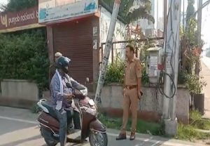 Lucknow: Police taking control, making sure everyone follows the protocol of Janata curfew