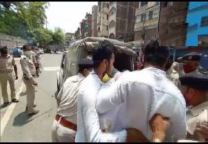 Police removes Patna University students who were staging a protest outside the gate