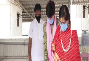 COVID-19 : Couple ties knot in Surat wearing masks, gloves