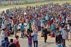 Large number of migrant workers gather at Govardhan stadium in Agra | See Pics