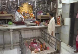 With reopening of religious places from today, people offer prayers at temples in national capital