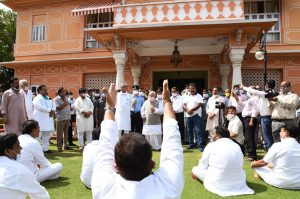 As Gehlot meets Governor, Congress MLAs raise slogans for Assembly session at Raj Bhawan