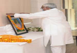 CM Nitish Kumar pays floral tribute to India's first Education Minister Maulana Abul Kalam Azad on his birth anniversary