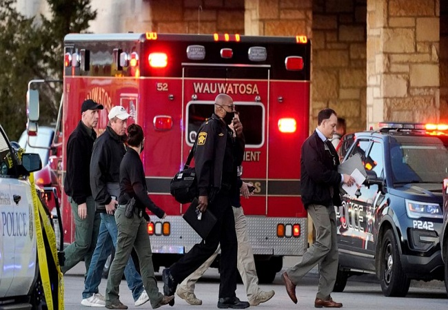 8 people injured in mall shooting, suspect still at large: Wisconsin police