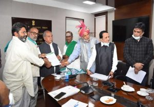 Farmer leaders meet Narendra Singh Tomar, hand him letter in support of farm laws