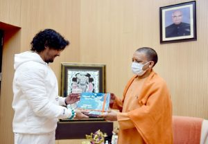 Singer Sonu Nigam meets UP CM Yogi Adityanath in Lucknow today (Video)