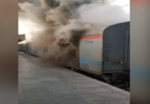 Fire breaks out in Lucknow-bound Shatabdi Express at Ghaziabad station, no casualties reported