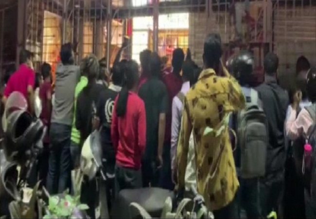 Ahead of lockdown, people flock liquor shop in Nagpur, flout social distancing norms