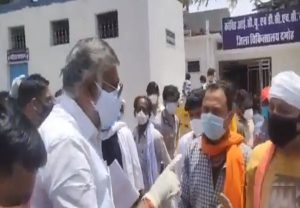 Union Minister's arrogant act on camera: Patient's attendants plead for oxygen, he says 'will slap you'