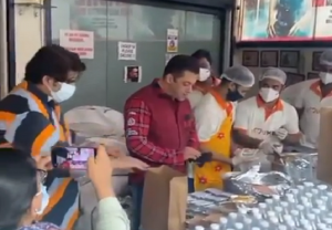Salman Khan steps out to distribute refreshments and meals to frontline workers