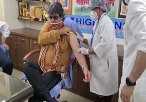 As Mukesh Khanna's death hoax surfaces, a throwback to Shaktimaan getting vaccine jab & batting for others to do so (VIDEO)