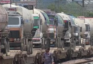 Delhi gets 225 tonnes of LMO, special oxygen express arrives from Gujarat (PICs)
