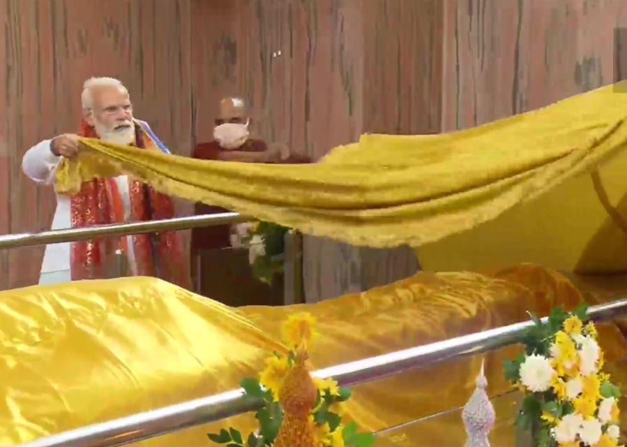PM Modi visits Mahaparinirvana temple, and offers Archana and Chivar to Lord Buddha in UP
